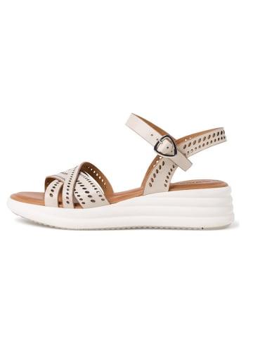 Tamaris Skórzane sandały w kolorze kremowym na koturnie