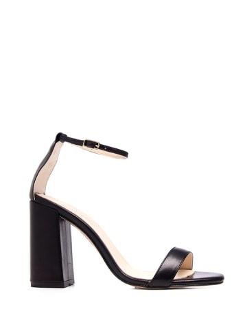 Amparo Infantes Skórzane sandały w kolorze czarnym