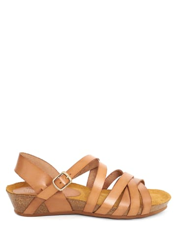 CLKA Skórzane sandały w kolorze jasnobrązowym na koturnie