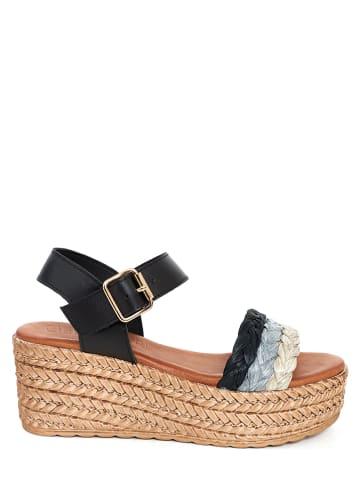 CLKA Skórzane sandały w kolorze czarnym na koturnie