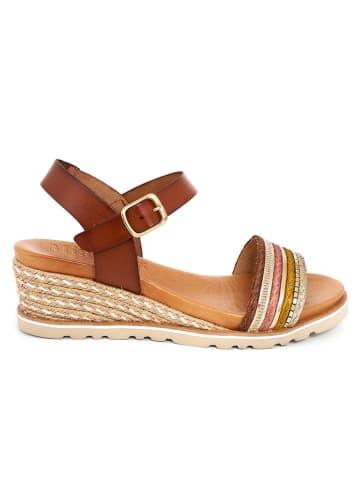 Mia Loé Skórzane sandały w kolorze brązowym na koturnie