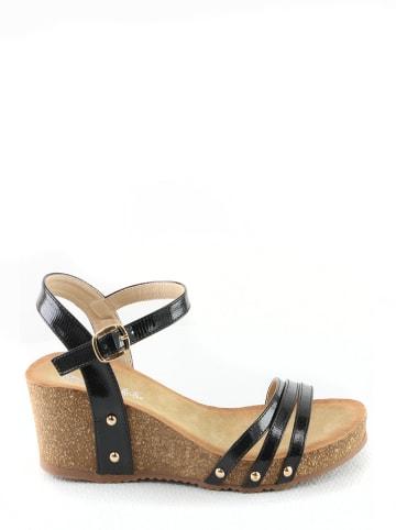 Foreverfolie Sandały w kolorze czarnym na koturnie