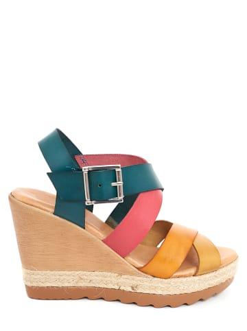 CLKA Skórzane sandały w kolorze żółto-różowo-turkusowym na koturnie