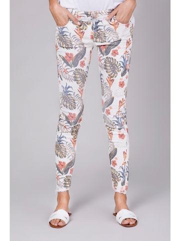 """Blue Fire Spodnie """"Chloe"""" w kolorze białym wzorem"""