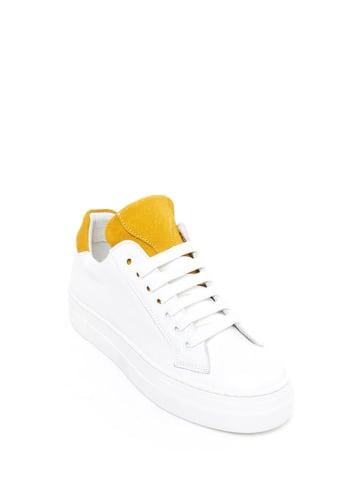 British Passport Skórzane sneakersy w kolorze biało-żółtym
