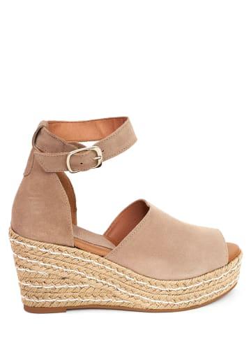 CLKA Skórzane sandały w kolorze beżowym na koturnie