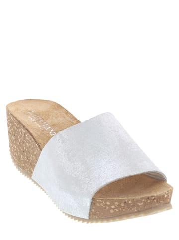 Lazamani Skórzane klapki w kolorze srebrnym na koturnie