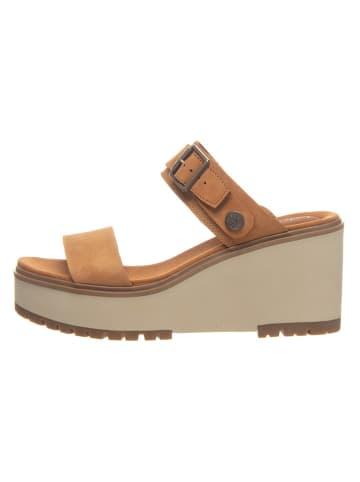 """Timberland Skórzane sandały """"Koralyn"""" w kolorze jasnobrązowym na koturnie"""