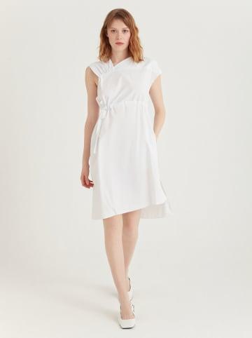 BGN Sukienka w kolorze białym