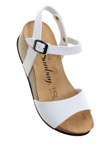 Sunbay Sandały w kolorze białym na koturnie
