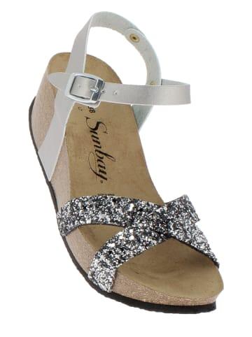 Sunbay Skórzane sandały w kolorze srebrnym na koturnie