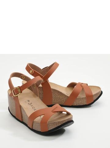 BACKSUN Sandały w kolorze brązowym na koturnie