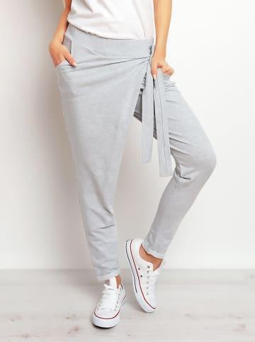INFINITE YOU Spodnie w kolorze szarym