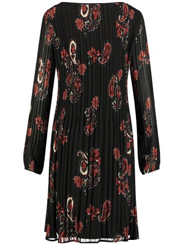TAIFUN Plisowana sukienka w kolorze czarnym