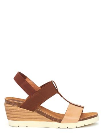CLKA Skórzane sandały w kolorze brązowym na koturnie