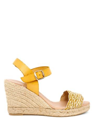 CLKA Skórzane sandały w kolorze żółtym na koturnie
