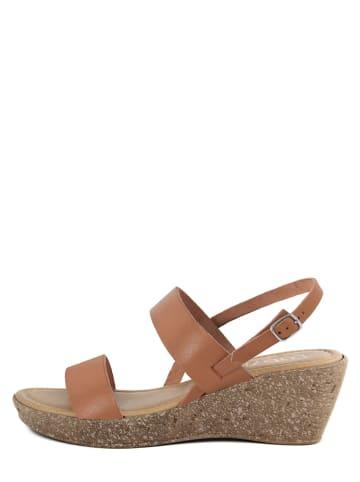LAB78 Skórzane sandały w kolorze jasnobrązowym na koturnie