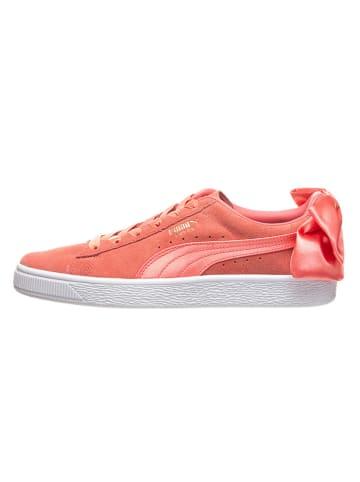 """Puma Skórzane sneakersy """"Suede Bow Trainer"""" w kolorze koralowym"""