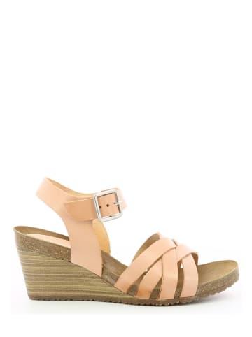 """Kickers Skórzane sandały """"Solyna"""" w kolorze jasnoróżowym na koturnie"""
