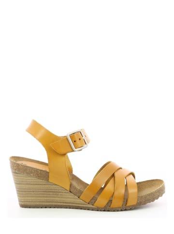 """Kickers Skórzane sandały """"Solyna"""" w kolorze żółtym na koturnie"""