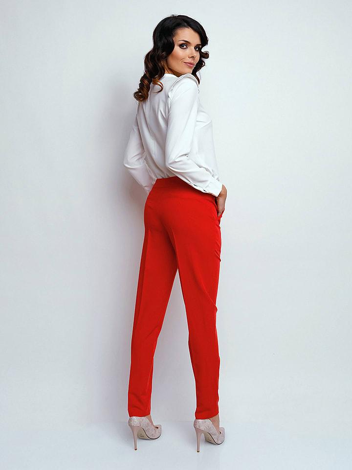 Naoko Hose in Rot